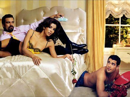 Обои Рикардо Антонио Чавира / Ricardo Antonio Chavira и Ева Лонгория / Eva Longoria на кровати в спальне, а Джесси Меткалф / Jesse Metcalfe вылазит из-под кровати (постер к сериалу 'Отчаянные домохозяйки / Desperate Housewives')