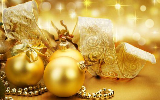 Обои Золотые новогодние шары, бусины и лента