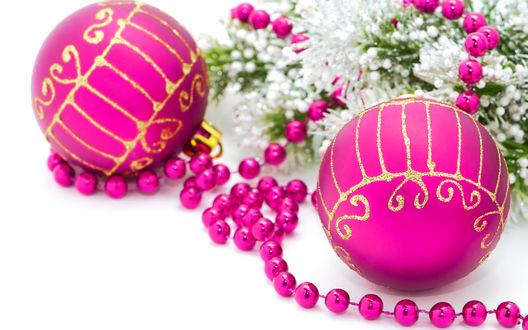 Обои Ярко-розовые новогодние шары и бусины