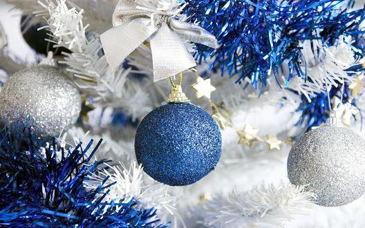 Обои Блестящие новогодние шары и дождик
