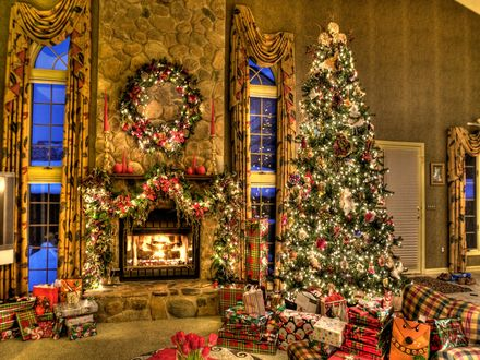 Обои Просторная гостиная с камином, наряженной ёлкой с горой подарков