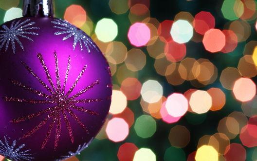 Обои Новогодний фиолетовый шар на котором нарисованы снежинки