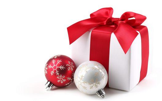 Обои Новогодний подарок и два шара со снежинками