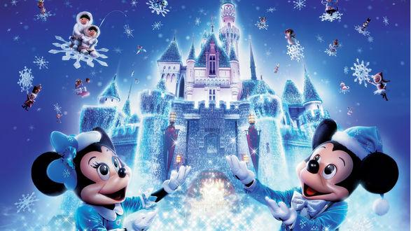 Обои Микки Маус / Mickey Mouse и Мини / Minie возле сказочного замка, вокруг летают снежинки с героями мультиков