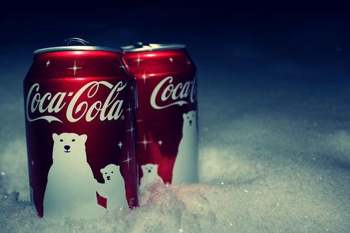 Обои Две баночки новогодней Coca-Cola с белыми мишками в снегу