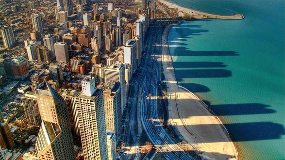 Обои Тени от небоскрёбов Чикаго, Америка штат Иллинойс / Chicago US state of Illinois уходят далеко в океан