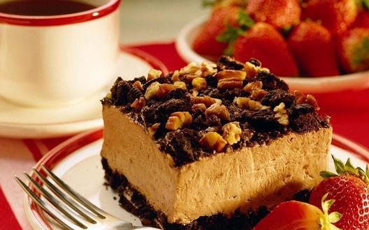 Обои Торт с птичьим кремом, орехами и клубникой