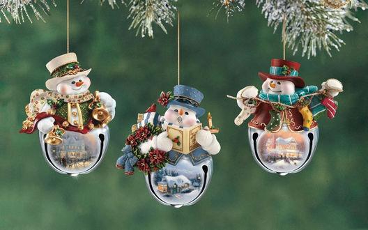 Обои Новогодние игрушки в виде снеговиков