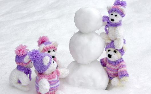 Обои Мишки строят снеговика