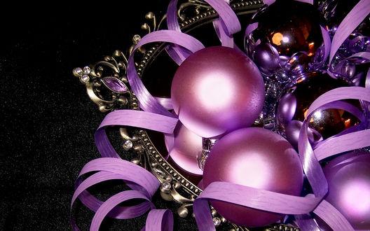 Обои Новогодние шары лежат на зеркале