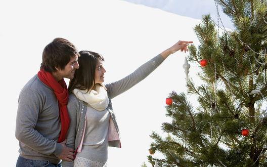 Обои Пара наряжает ёлку на улице