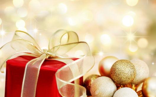 Обои Красный новогодний подарок и много золотых шаров