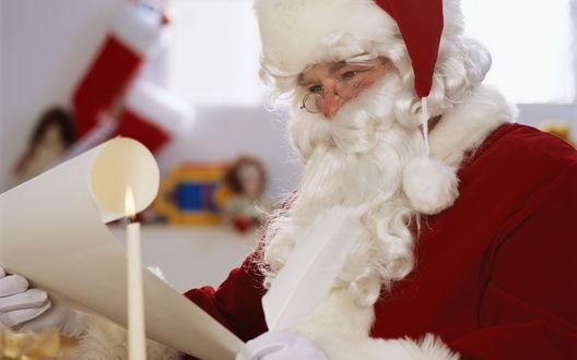 Обои Санта Клаус читает детские письма
