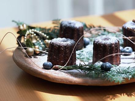 Обои Новогоднее лакомство - шоколадные кексы на деревянном блюде, украшенные хвойными веточками