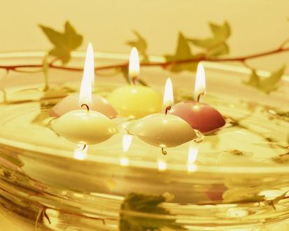 Обои Расслабляющее блаженство - круглые свечи плавают в воде в стеклянном блюде