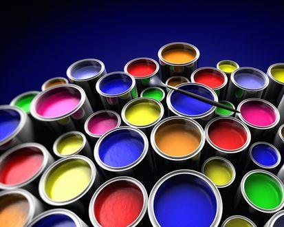 Обои Кисточка лежит на банках с разноцветными красками