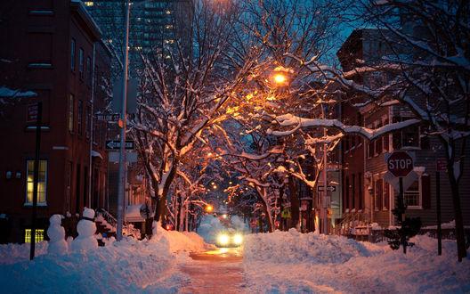 Обои Улица города, засыпанного снегом, машины с трудом могут проехать по узкой расчищенной дороге