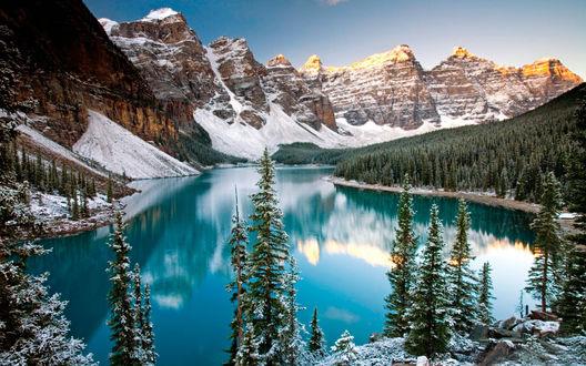Обои Живописный вид на заснеженные горы и озеро Морейн / Moraine Lake, в Национальном парке Банф / Banff National Park, Альберта / Alberta, Канада