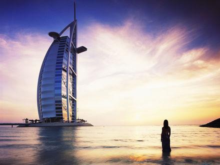 Обои Девушка наслаждается закатом, стоя в море напротив отеля Бурдж аль-Араб / Burj Al Arab, Дубаи, ОАЭ