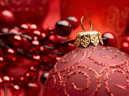 Обои Красный новогодний шар с блестящим узором