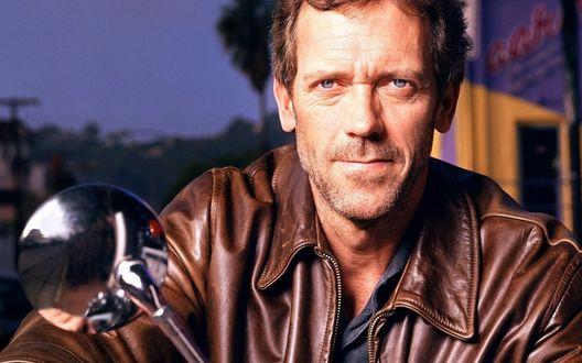 Обои Хью Лори / Hugh Laurie в кожаной куртке на мотоцикле, вечером