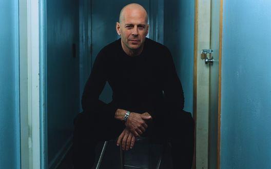 Обои Брюс Уиллис / Walter Bruce Willis в сидит на табуретке в узком коридоре