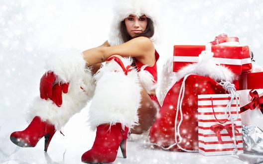 Обои Красивая снегурочка в красных сапогах с белым мехом сидит у подарков