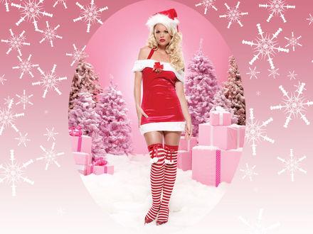 Обои Снегурочка блондинка в полосатых чулках с бантиками и помпонами стоит на фоне подарков