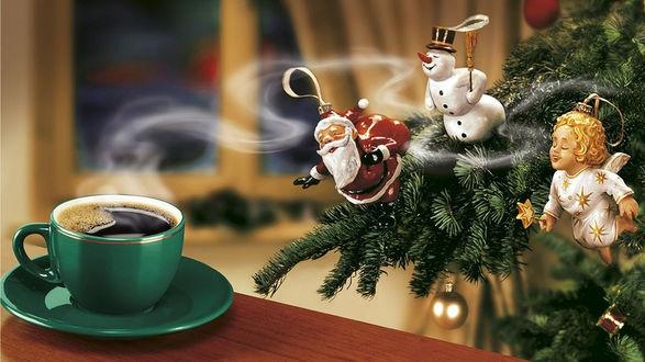 Обои Елочные игрушки: снеговик, Санта-Клаус, и ангел чувствуют аромат кофе стоящего в зеленой чашке рядом