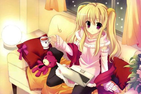 Обои Анимешная девочка зимним вечером сидит на диванчике в ярко освещённой комнате с ноутбуком на коленях и чашечкой горячего чая в руке