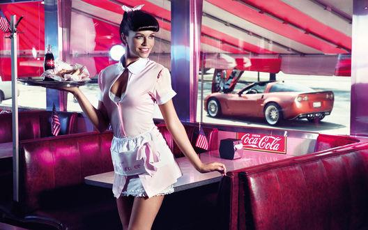 Обои Официантка в кафе несёт поднос с Cocа-Cola и горячим хот-догом