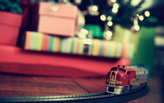 Обои Новогодний подарок - паровозик с железной дорогой