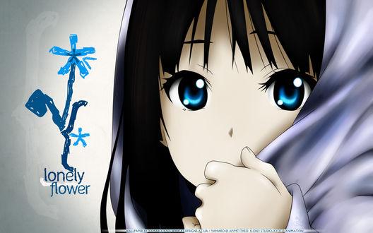 Обои Мио-тян из аниме K-ON и нарисованный синий цветок (lonely flower © Yamaro [KSD])