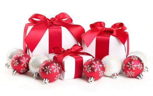 Обои Новогодние подарки и ёлочные украшения