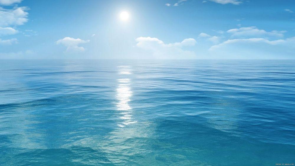 Обои Голубое море освещает утреннее солнце на рабочий стол