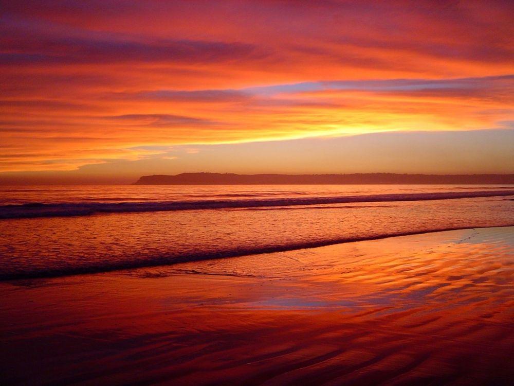 Обои для рабочего стола Красный закат над уснувшим морем