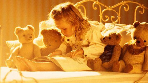 Обои Маленькая девочка среди игрушек читает книгу