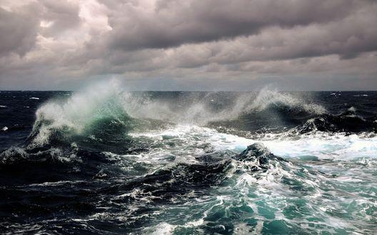 Обои Штормовое море под низко нависшими свинцовыми тучами