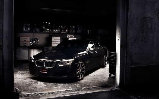 Обои БМВ 750li чёрного цвета стоит в гараже