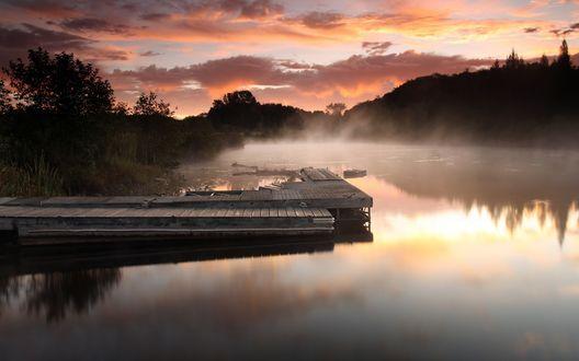 Обои Лодочный причал в предрассветном тумане на маленьком лесном озере