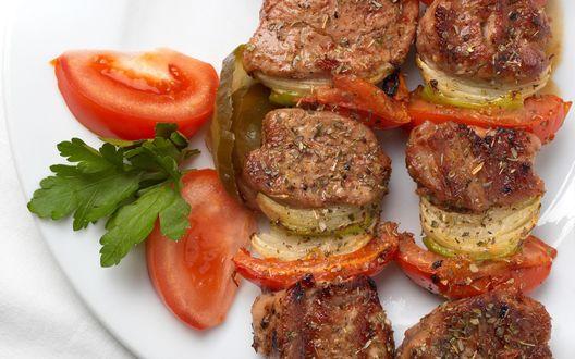 Обои Аппетитный шашлык с грибами, луком и помидорами