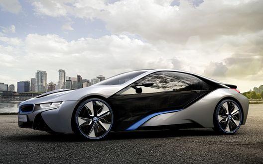 Обои Машина 'BMW I8 Concept/БМВ И8 Концепт' на фоне мегаполиса и серого неба