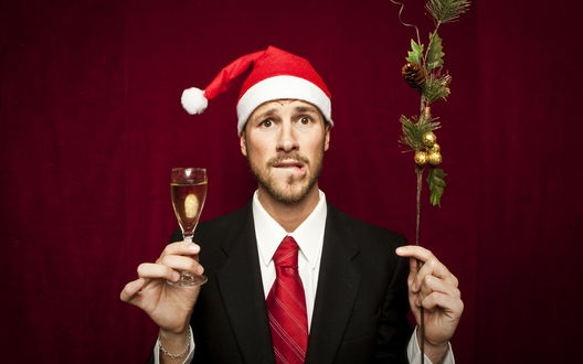 Обои Корявый мужик в новогодней шапке с еловой веткой и бокалом шампанского