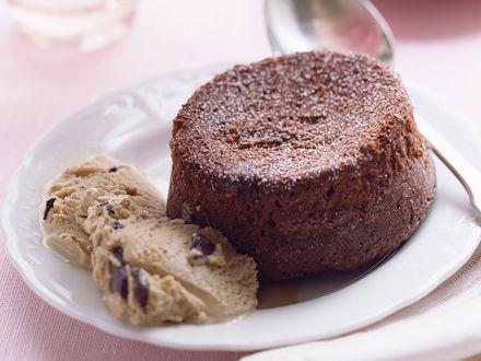 Обои Завтрак сладкоежки - шоколадное пирожное и мороженое с шоколадными каплями на белой тарелочке