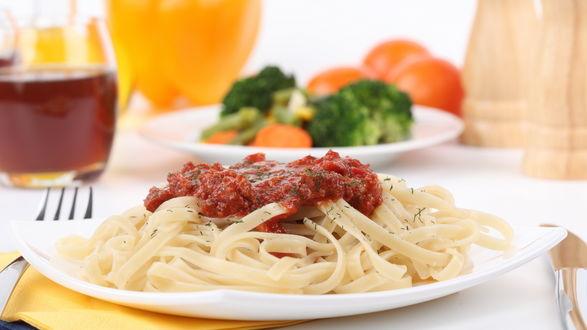 Обои Лапша, с красной подливой, лежит на обеденном столе в белой тарелке