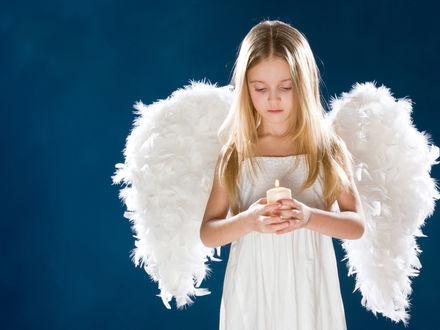Обои Девочка-ангел держит свечку в руках