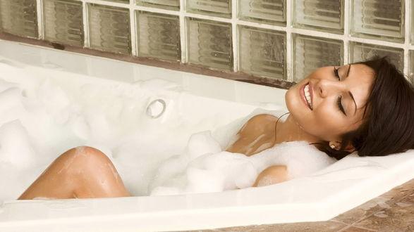 Обои Девушка наслаждается в ванной с пенкой