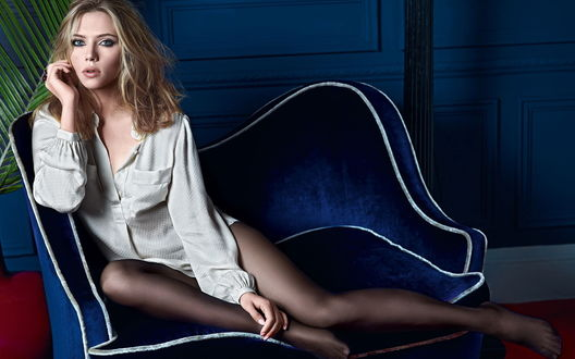 Обои Scarlett johansson / Скарлет Йохансон на синем кресле