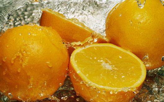 Обои Несколько апельсинов в воде