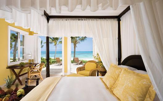 Обои Красивая спальня с выходом к морю